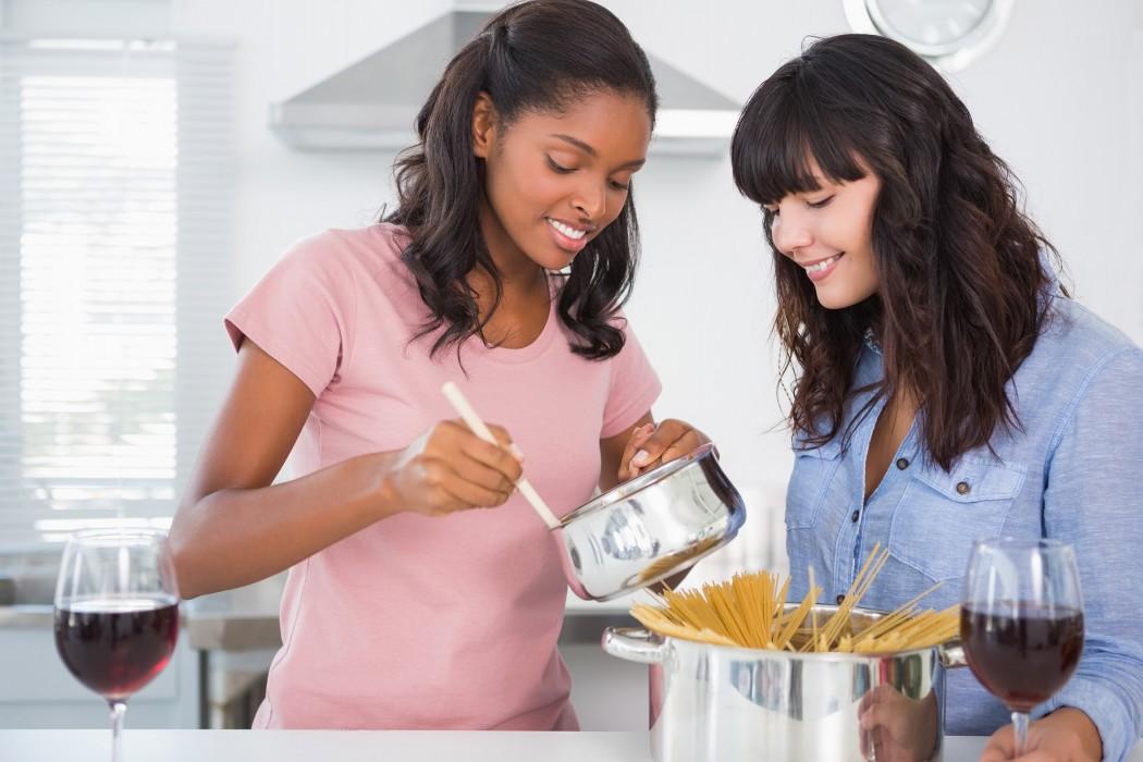 Nuovi-italiani_amiche-in-cucina-con-pentola-di-spaghetti (1)