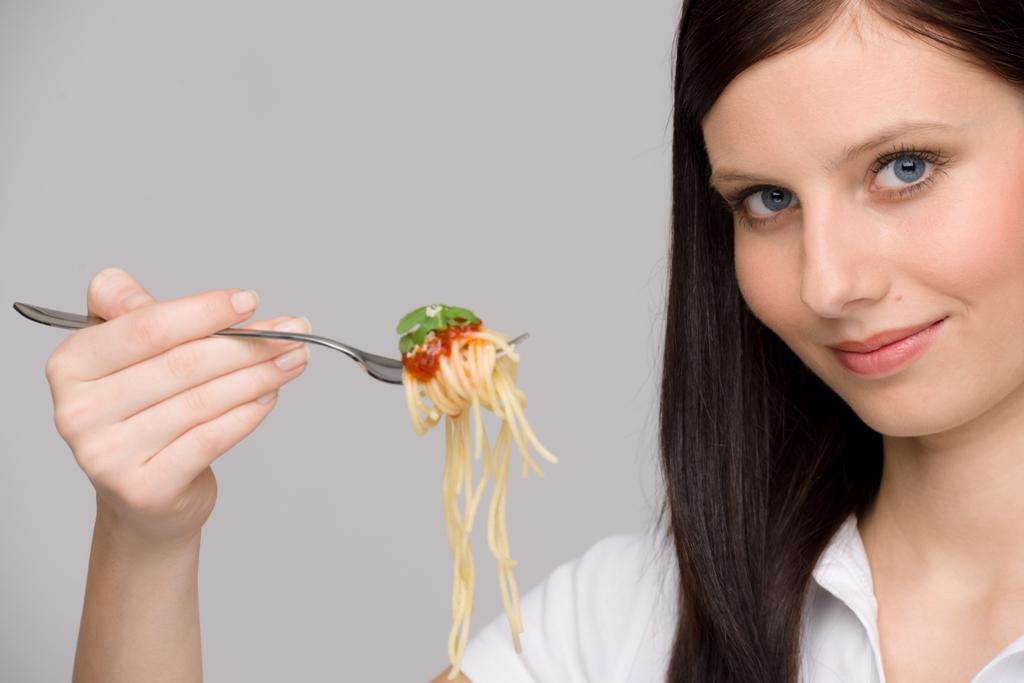 Ragazza-con-forchetta-spaghetti_dieta zona