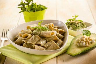 Pasta integrale con avocado pinoli e ricotta OK
